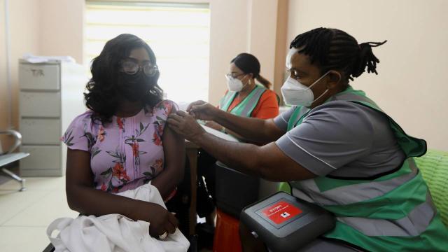 Bir ülkede daha kamu çalışanlarına aşı zorunluluğu getiriliyor