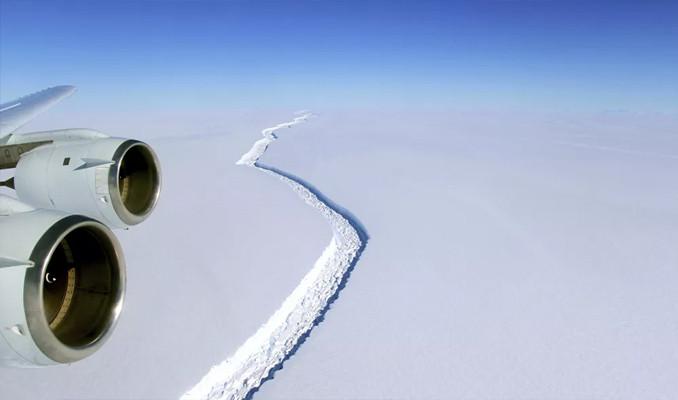 Antartika'da dev buz kütlesi buz sahanlığından koptu