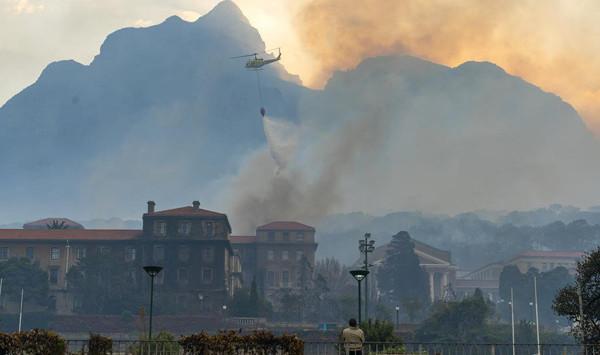 Tafelberg Dağı'nda büyük yangın