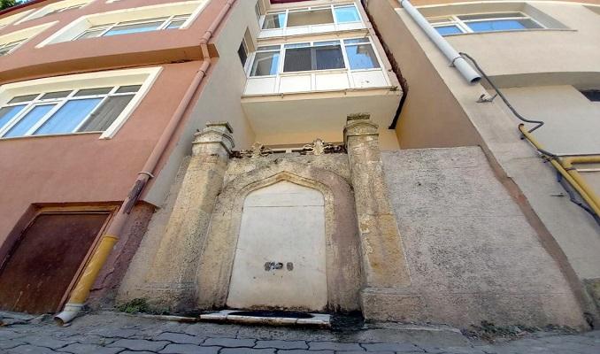 112 yıllık çeşme apartmanların arasında kaldı