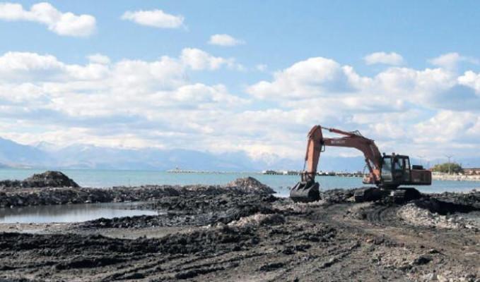 Van Gölü'nde balıkçılara iş makinesi yardımı