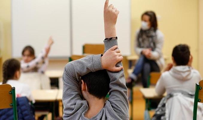 Fransa'da bazı ilkokullarda maske zorunluluğu kalkıyor