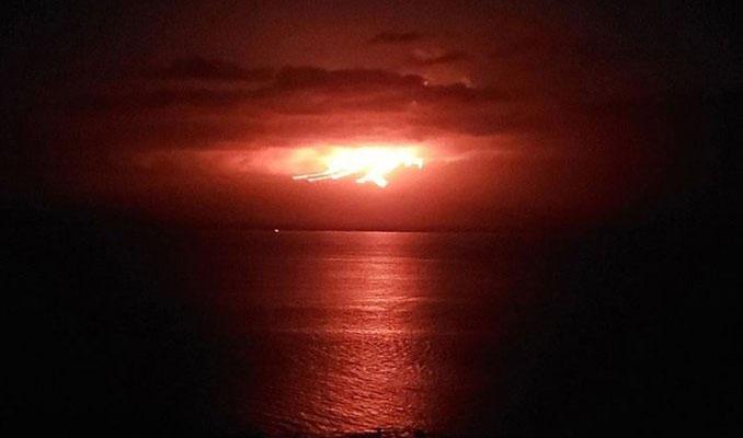 Lavlar denize yaklaştı: Adaya uçuşlar durduruldu