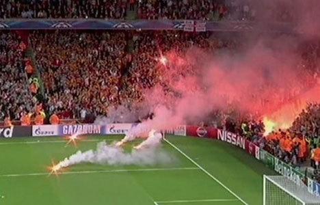 Arsenal-Galatasaray maçında meşale şoku